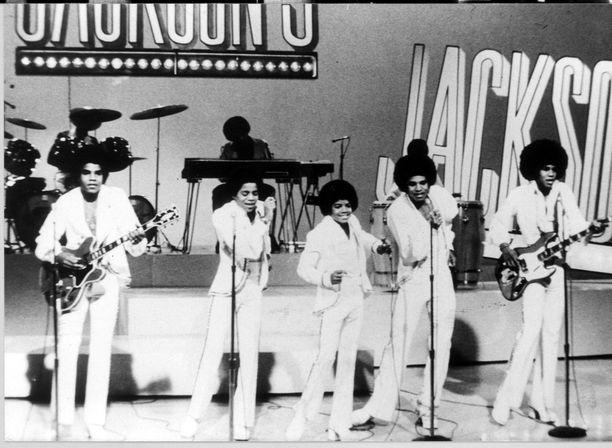 Michaelin (keskellä) lisäksi Jackson 5 yhtyeeseen kuuluivat hänen veljensä Tito, Marlon, Jackie ja Jermaine.