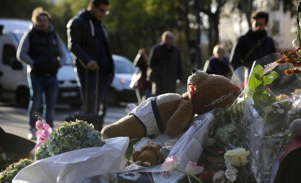 Bataclanin konserttisalin ulkopuolelle tuotiin iskun jälkeen muistoesineitä, kukkia ja kynttilöitä.