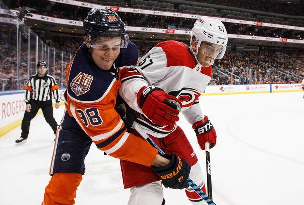 Jesse Puljujärvi (vas.) on pelannut Edmonton Oilersin paidassa 139 ottelua tehoin 17+20=37.