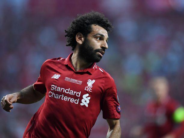 Mo Salah riensi auttamaan nuorta faniaan lauantaina Liverpoolissa.