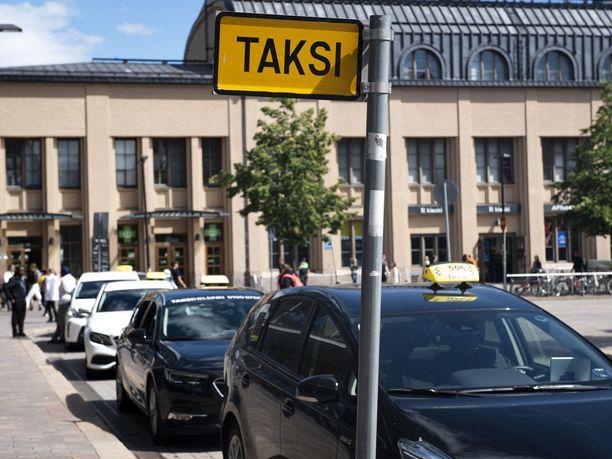 Taksi Helsinki tarkistaa parhaillaan ay-pomon kertomaa asiakaspalvelutilannetta. Kuvituskuva.