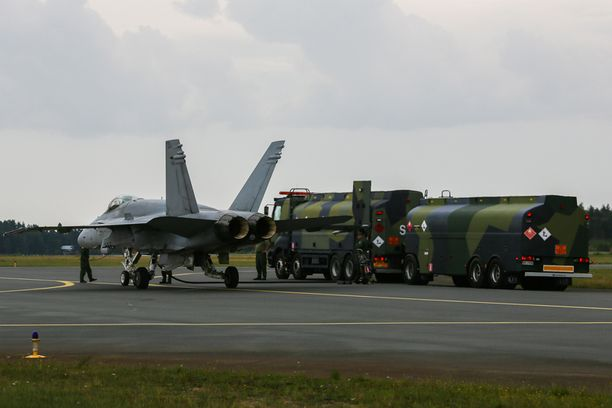Ilmavoimien Hornet ns. kuumatankkauksessa, jossa vain toinen moottori on sammutettu.