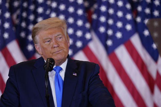 Trump kyseenalaisti vaalituloksen tiistain ja keskiviikon välisenä yönä pitämässään puheessa.