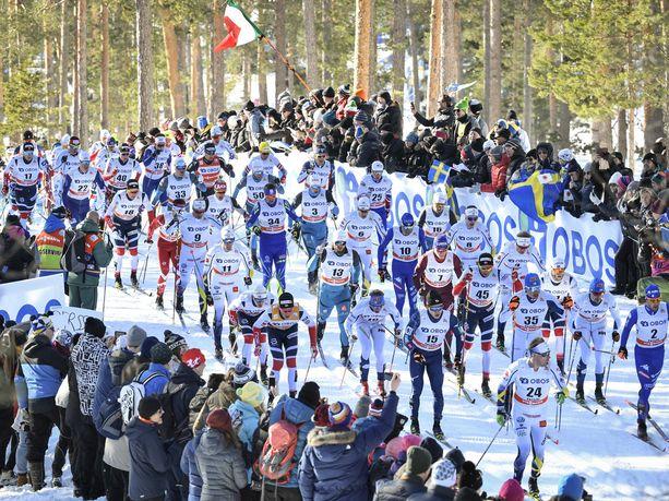 Letkajenkkaa FIS:n tapaan. Yhteislähtökilpailut uppoavat Keski-Euroopan tv-yleisöön huomattavasti paremmin kuin suomalaisten suosimat väliaikalähdöt.