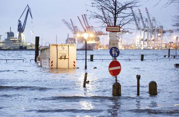 Hirmuaallot ovat aiheuttaneet pahoja tulvia esimerkiksi Hampurissa.