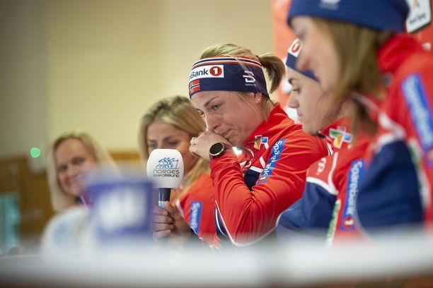 Therese Johaug lohdutti kyyneliin murtunutta Astrid Jacobsenia.