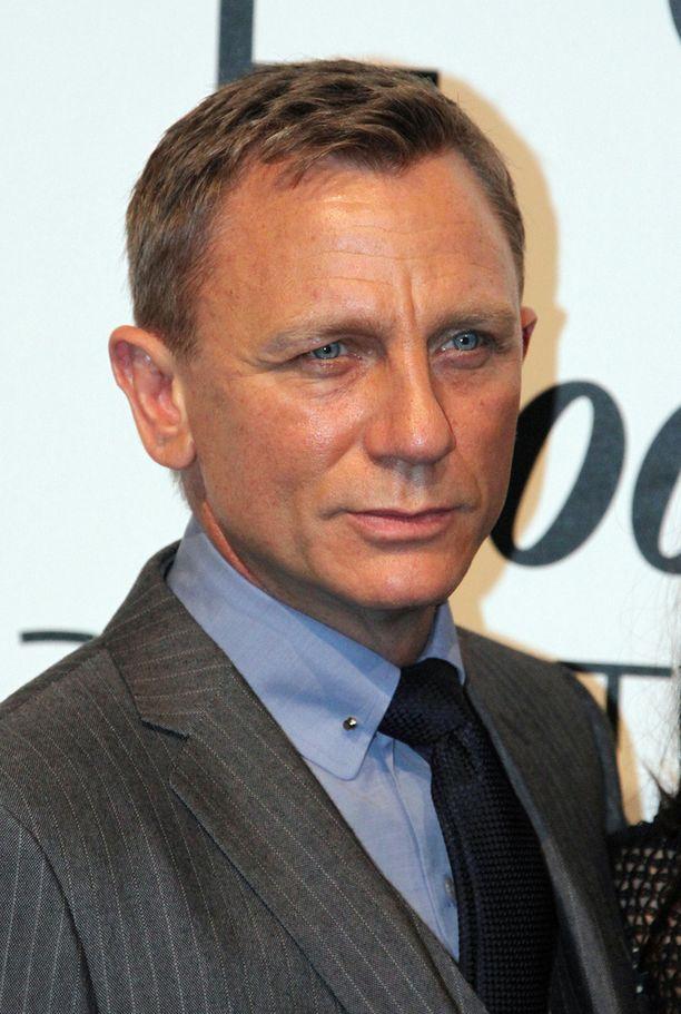 Daniel Craig on näytellyt neljässä Bondissa. Uusimman eli Spectren kuvausten jälkeen hän sanoi, että vetäisi mieluummin ranteensa auki kuin näyttelisi vielä kerran Bondia.