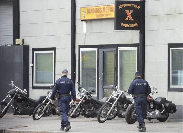 Useita Helsingin poliisin yksikköjä oli varmistamassa tiistaiaamuna alkanutta operaatiota Bandidos-kerhoon Kyläsaaressa.