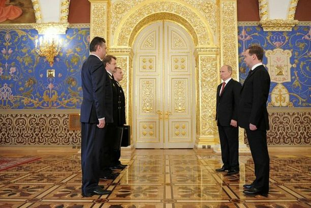 Venäjällä presidentin virkaanastujaisten seremonioihin kuuluu ydinasesalkun, Tshegetin, luovutus. Kuvassa Putin vastaanottaa salkun vuoden 2012 virkaanastujaisissaan.