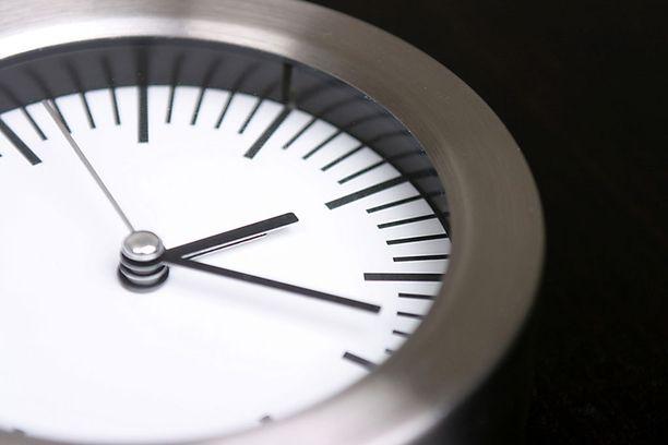 Kilpailukykysopimuksella yritetään pidentää suomalaisten työaikaa 24 tunnilla vuodessa.