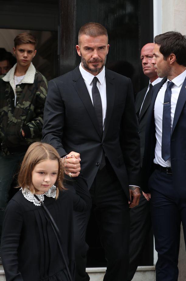 Viime syksynä perheensä kanssa muotinäytöksessä mukana olleella Harperilla oli vielä pitkät otsahiukset.