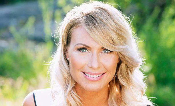 Heidi Suomi julkaisi kuvan aurinkolomaltaan.