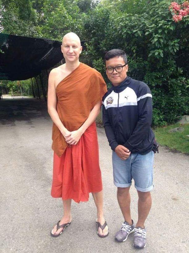 Mika Lönnström eli kaksi viikkoa munkkina Thaimaassa. Police United -joukkueen fani tuli tapaamaan häntä temppeliin.