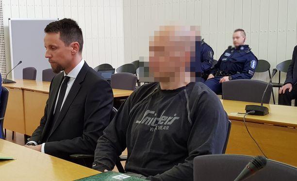 Itä-Uudenmaan käräjäoikeudessa alkoi torstaiaamuna oikeudenkäynti, jossa vuonna 1969 syntynyttä miestä syytetään taposta. Hänet tuotiin oikeussaliin poliisien saattelemana.