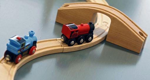 Puulelut sopivat myös ostoslistalle, ja yksi klassikko on puinen junarata, asiantuntija suosittelee.