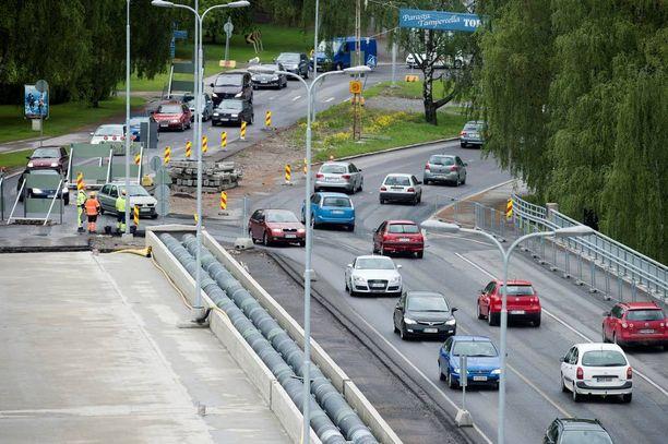 Juhannusruuhkassa ohittelu ei nopeuta kenenkään matkantekoa. Kuva arkistokuva alkukesältä 2010.