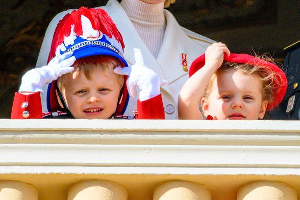 Näin hienot hatut kuninkaalliset olivat saaneet tilaisuutta varten.