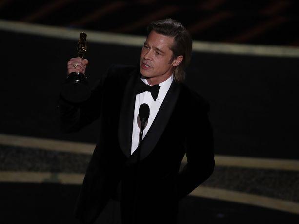 Brad Pitt herkistyi vastaanottaessaan Oscar-palkintoa.