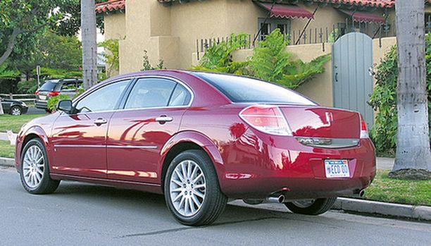 LINJAA Saturn Aura on takakulmastaan esimalliaan Opel Vectraa linjakkaampi.