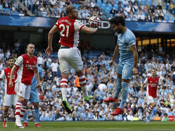 Calum Chambers oli isoissa ongelmissa Manchester Cityä vastaan. Tässä syntyy ottelun avausmaali.