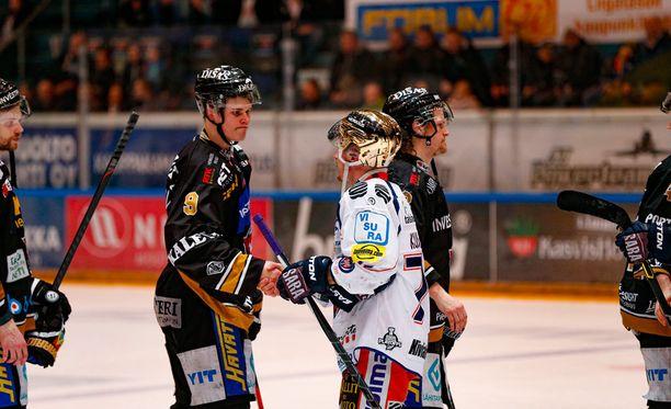 Pettynyt Jesse Puljujärvi (vasemmalla) ei vielä juuri jaksanut ajatella tulevia U18-MM-kisoja.