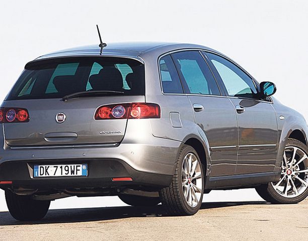 TAKAA. Uuden Croman sivulinja on kaunis, takaa auto on kuin farmari.