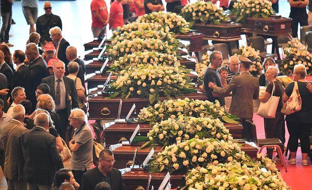 Genovassa järjestetään lauantaina valtiolliset hautajaiset 18 sillanromahduksessa surmansa saaneelle. Osa omaisista boikotoi valtiollista tilaisuutta.