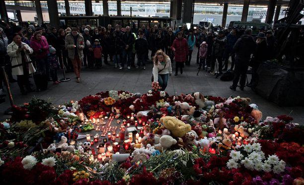 Nainen sytytti kynttilän Egyptin lentoturman uhrien muistosi Pulkovon lentokentällä Pietarissa.