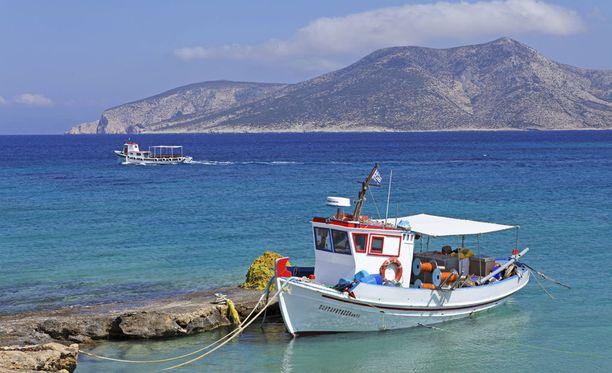 Kalastajavene pääsaaren rannalla, taustalla siintää Kato Koufonisi.