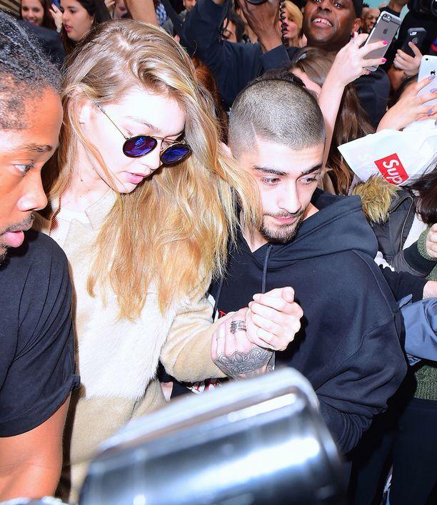 Hadid saapui tilaisuuten poikaystävänsä Zayn Malikin kanssa.