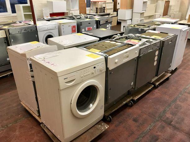 Belgialaisessa kierrätyskeskuksessa on tungosta, vaikka suuri osa maassa käytetyistä vanhoista kodinkoneista menee suoraan kaatopaikalle tai rahdataan kehitysmaihin purettaviksi. EU valmistelee nyt uusia säännöksiä, joilla kiellettäisiin sellaisten sähkölaitteiden myynti, joita ei voi korjata.