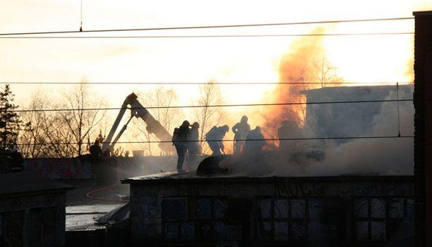 Hankala kattorakenne ja sankka savu vaikeuttivat palomiesten työtä.