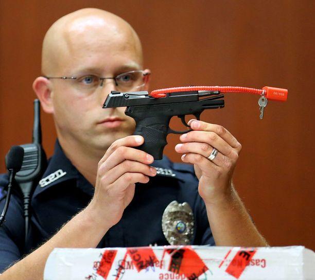 Poliisi esitteli surma-asetta oikeudenkäynnissä kesäkuussa 2013.