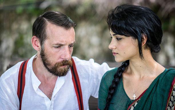 Dougie ja Leena puhuvat samaa kieltä, jota Dougien vaimo ei ymmärrä.