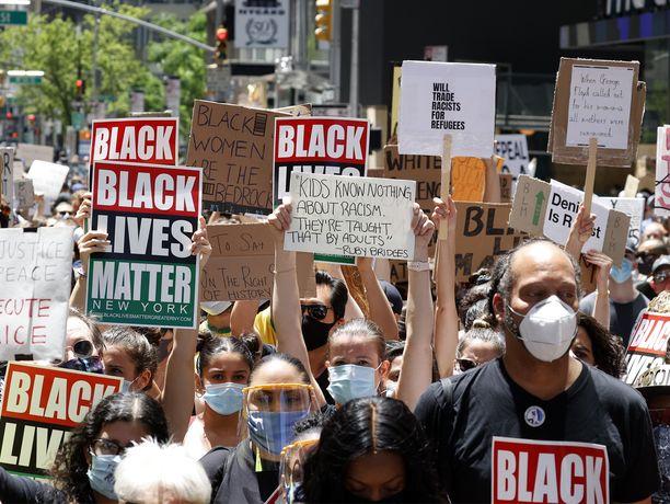 New York Cityn ulkonaliikkumiskielto on kumottu viikonloppuna rauhallisesti jatkuneiden mielenosoitusten vuoksi.