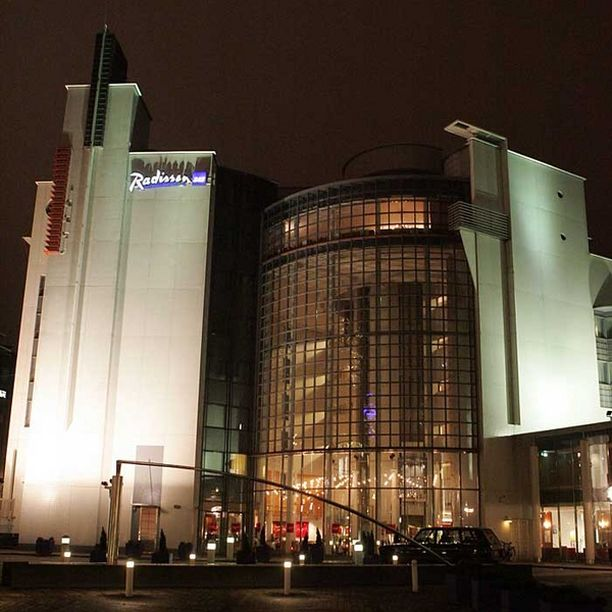 Hotelliyö Helsingissä maksaa viidenneksen vähemmän kuin vuosi sitten. Kuvassa Helsingin hotelli Radisson SAS.
