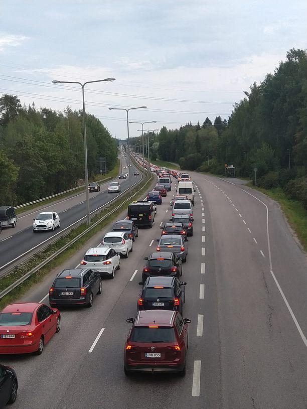Hämeenlinnanväylä Helsinkiin päin ruuhkautui pahoin auton kimmottua keskelle tietä.