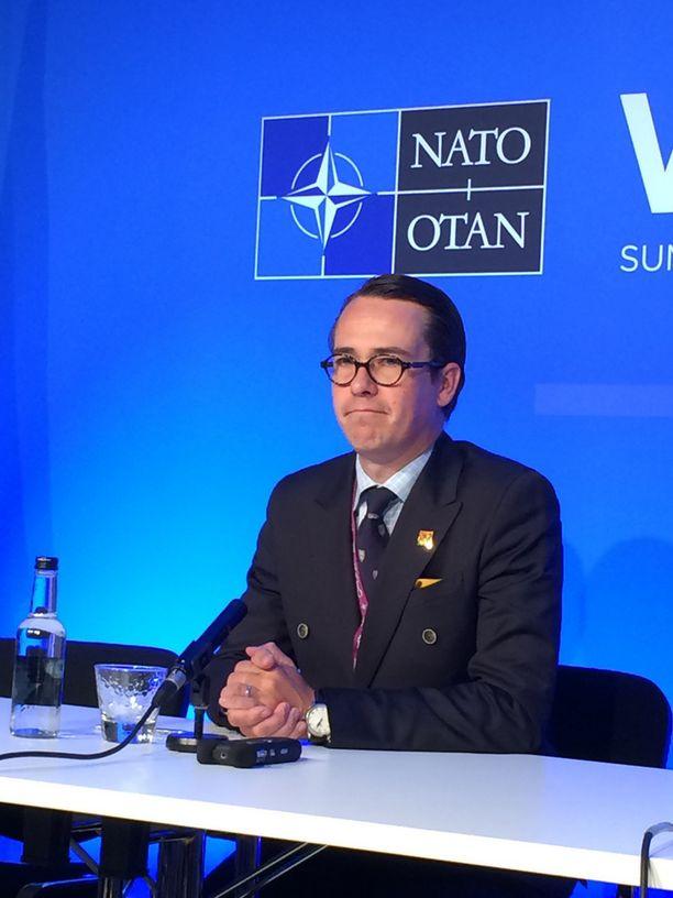 Puolustusministeri Haglund (r) Nato-huippukokouksessa Walesin Newportissa syyskuussa.