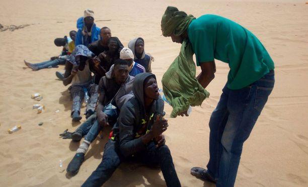 Nääntyneille ihmisille annettiin aavikolla vettä, kun etsintäpartiot löysivät heidät.