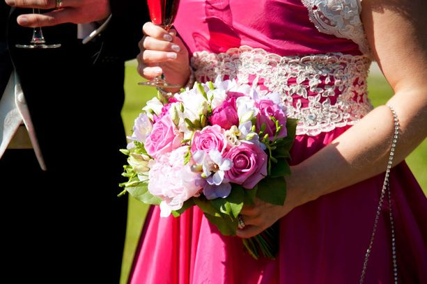 Sarin puvun väri pysyi salaisuutena kirkkoon saakka.