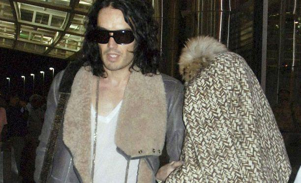 Katy Perry piilotteli lentokentällä takin alla, sulhanen tyytyi aurinkolaseihin.