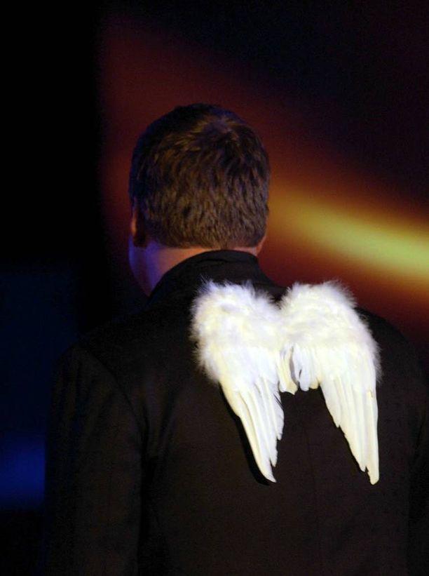 Vuonna 2004 Jari Sillanpää edusti Suomea Euroviisuissa enkelinsiivet selässään. Kappale Takes 2 To Tango ei selvinnyt finaaliin.