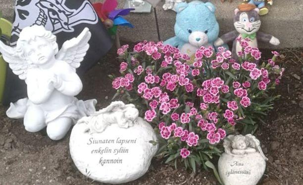 Lelujen tuominen Miro-pojan haudalle on ollut Hanna Backmanille tapa käsitellä omaa surua ja muistella rakasta.