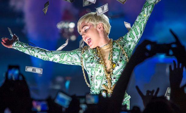 Miley inspiroitui suomalaisista juomatavoista konserttia edeltävänä iltana. Kuva tähden Lyonin-konsertista toukokuulta.