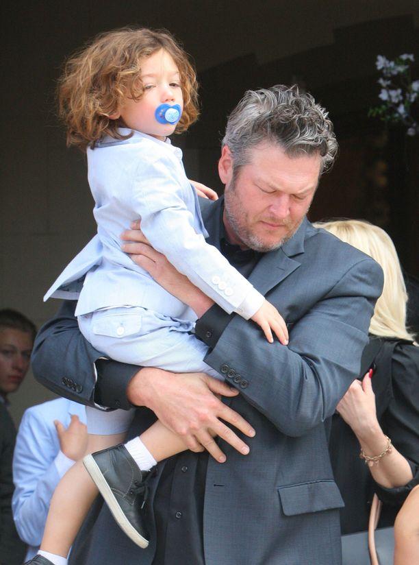 Äidin poikaystävä Blake Shelton kantoi perheen pienintä kirkkoon.