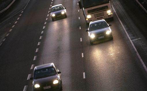 Hätävilkulla saa nyt myös varoittaa: Iso muutos auton valojen käyttöön