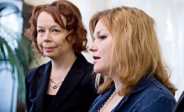 Opetus- ja kulttuuriministeriö on käytännössä katsoen kokonaan SDP:n hallussa. Kuvassa ministerit Pia Viitanen ja Krista Kiuru.