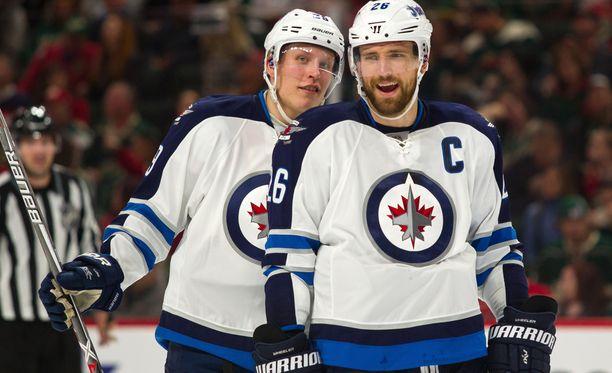 Winnipeg Jetsin Patrik Laine (vas.) ja Blake Wheeler ovat tuoneet maaleillaan maallista hyvää myös tavallisille Manitoban asukkaille.