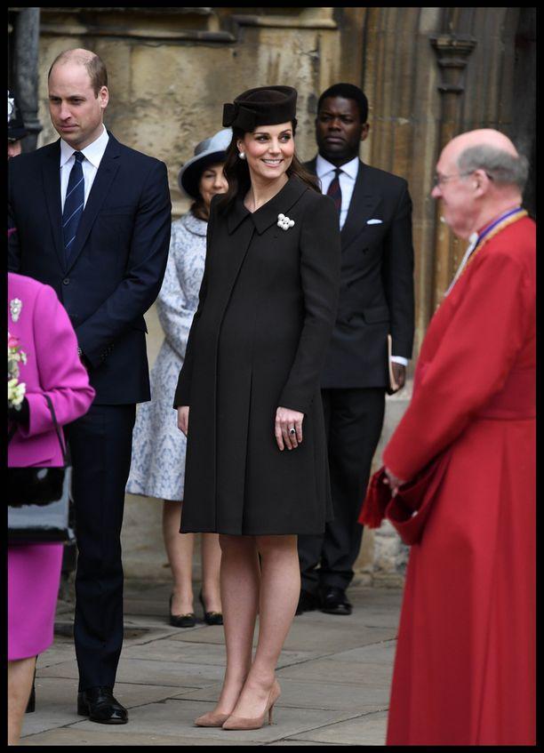 Herttuatar ei luovu koroistaan edes ollessaan viimeisillään raskaana.