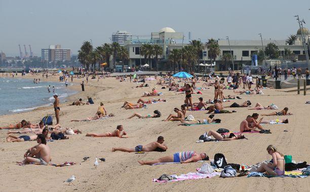 Ihmiset kerääntyivät rannalle keskiviikkona St Kildassa Melbournesta etelään.